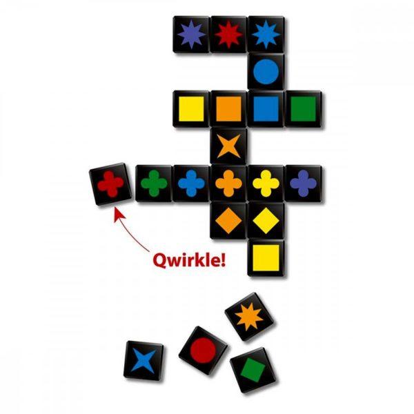 Настолна игра Qwirkle поставяне на 6 цветни плочки Qwirkle