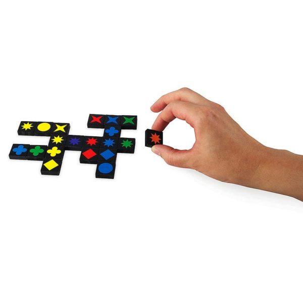 Настолна игра Qwirkle поставяне на цветни плочки